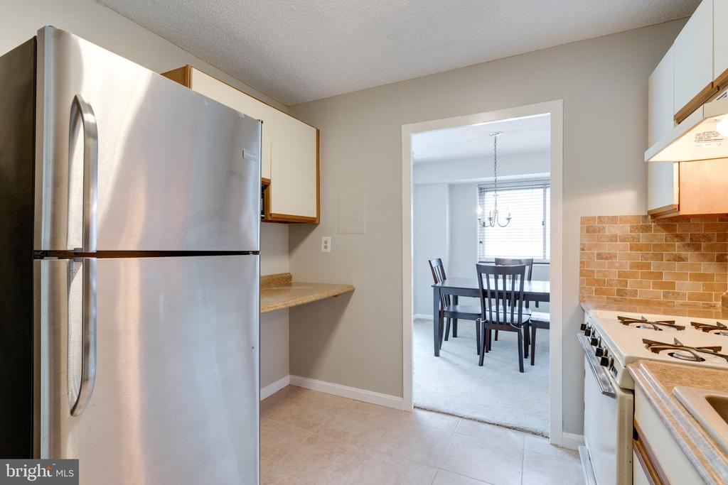 Kitchen leads into dining room - 2500 N VAN DORN ST #422, ALEXANDRIA