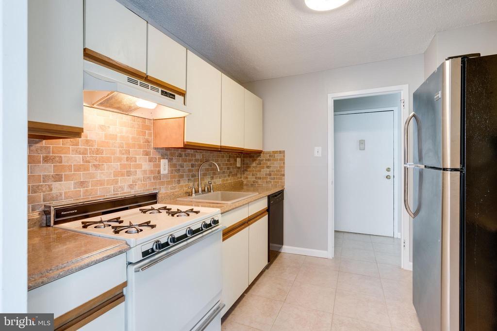 Kitchen with gas range - 2500 N VAN DORN ST #422, ALEXANDRIA