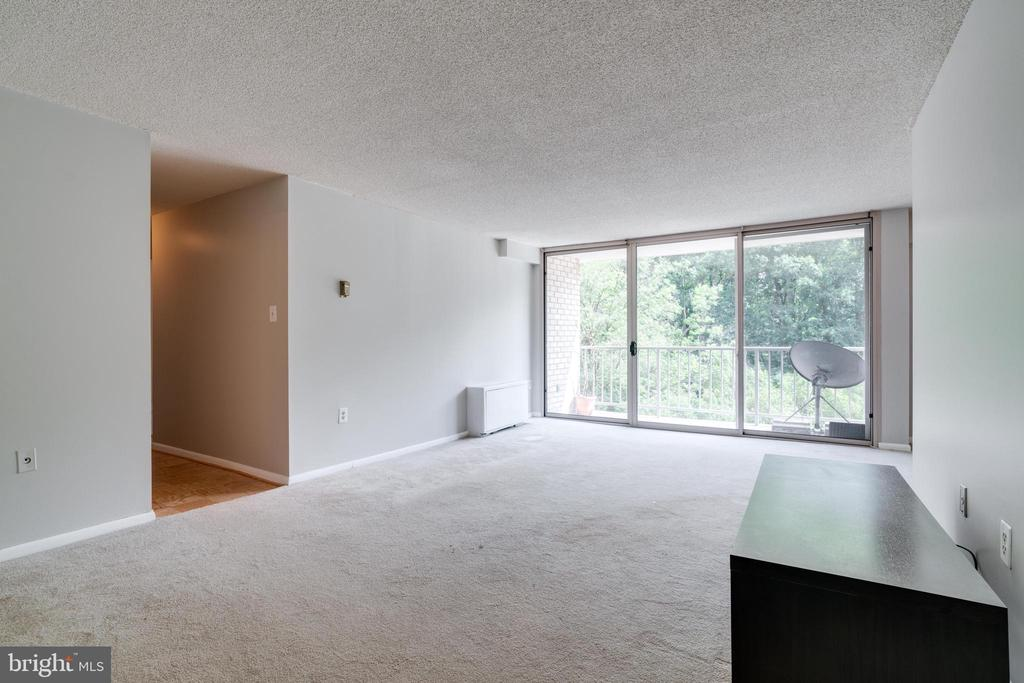 Large living room with access to private balcony - 2500 N VAN DORN ST #422, ALEXANDRIA