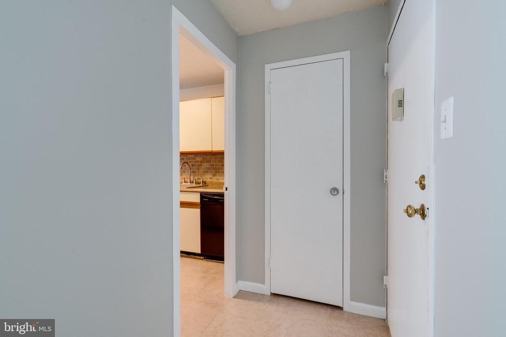 Foyer - 2500 N VAN DORN ST #422, ALEXANDRIA