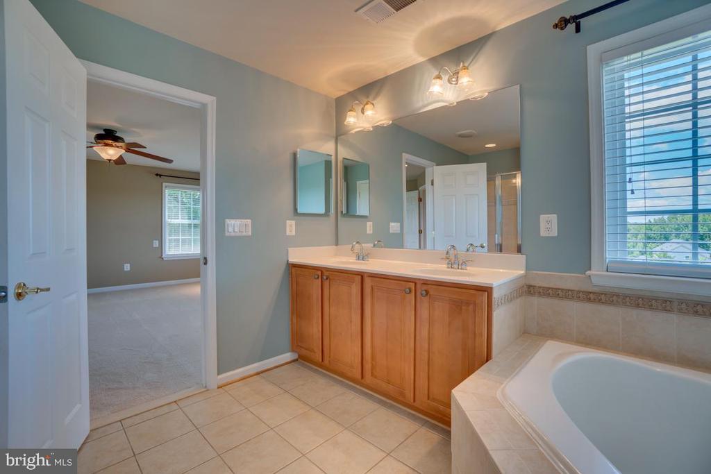 Master bath w/ dual sinks! - 38 JANNEY LN, FREDERICKSBURG