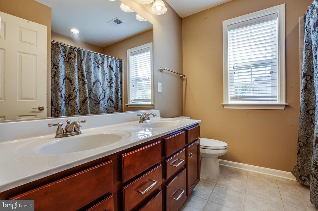 hallway bath - 1024 W KENSINGTON CIR, FREDERICKSBURG