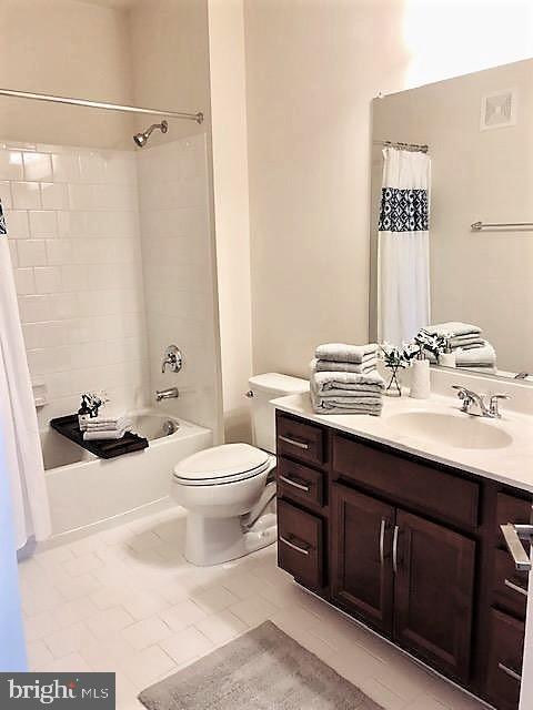2nd Master Suite Bath w/Tub/Shower and Sink Vanity - 43047 STUARTS GLEN TER #105, ASHBURN