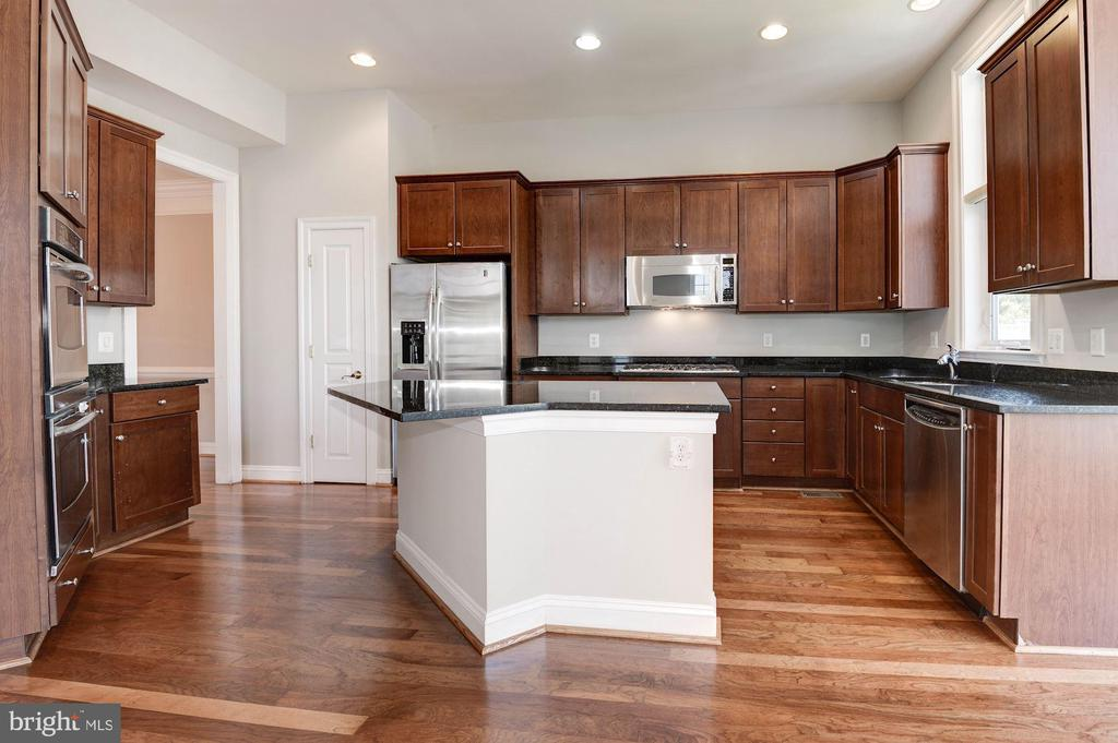 Kitchen with Dual Ovens, Gas Range, Microwave - 43586 PURPLE ASTER TER, LEESBURG