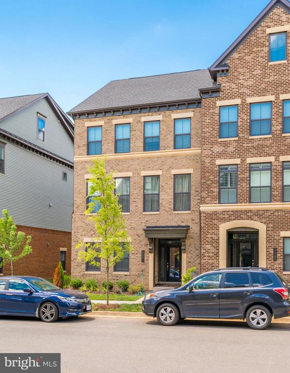 LIKE BRAND NEW- JUST ONE YEAR OLD ! - 22291 PHILANTHROPIC DR, ASHBURN