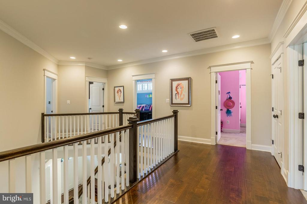 Upper level hallway - 2915 N SYCAMORE ST, ARLINGTON