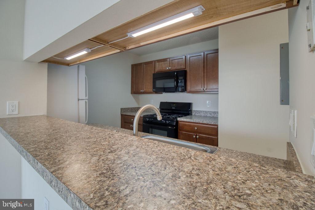 Kitchen Breakfast Bar Open To Living Room - 21024 TIMBER RIDGE TER #303, ASHBURN