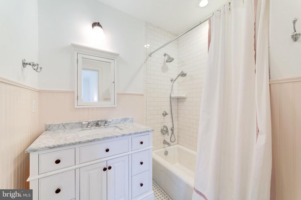 Tile in tub surround extends to ceiling - 6218 30TH ST N, ARLINGTON