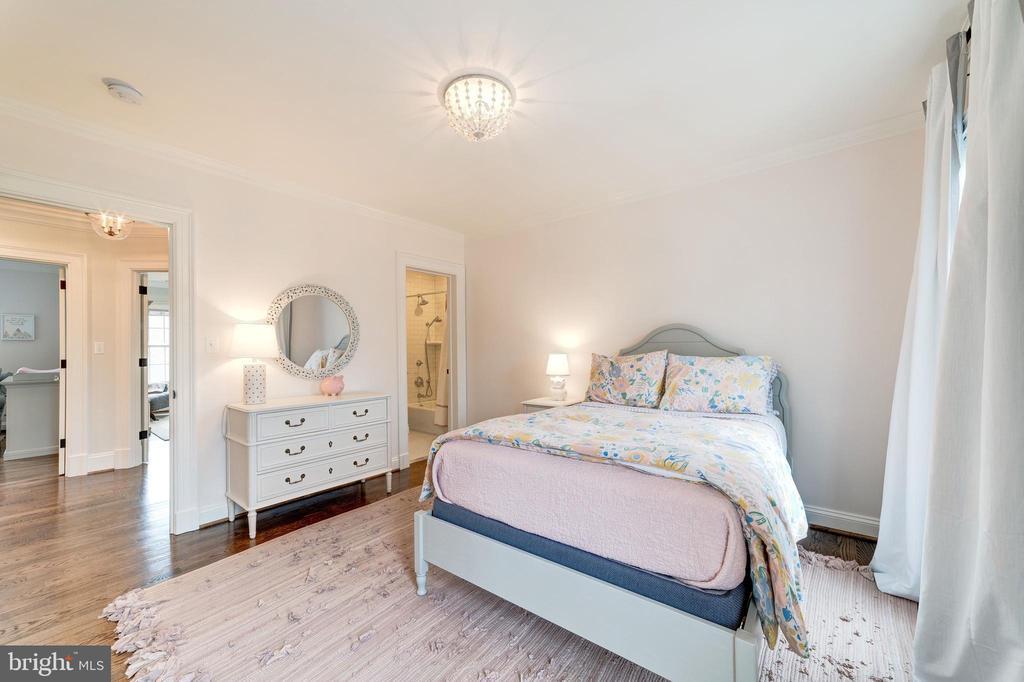 second bedroom has ensuite bathroom with tub - 6218 30TH ST N, ARLINGTON