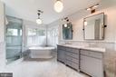 oversized shower, soaking tub, separate WC - 6218 30TH ST N, ARLINGTON