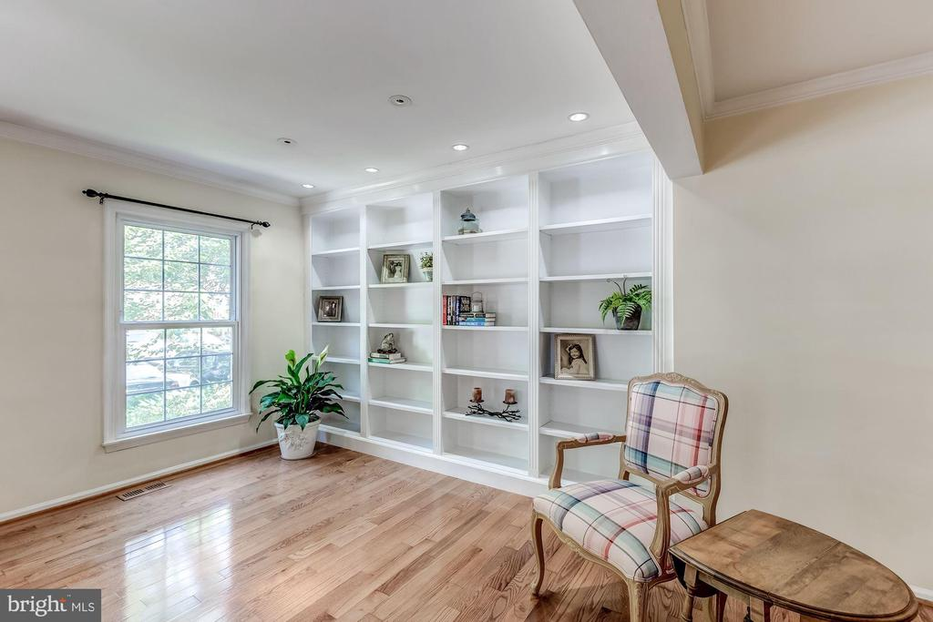 Living Room - Built-in Bookcase - 2424 S WALTER REED DR #3, ARLINGTON
