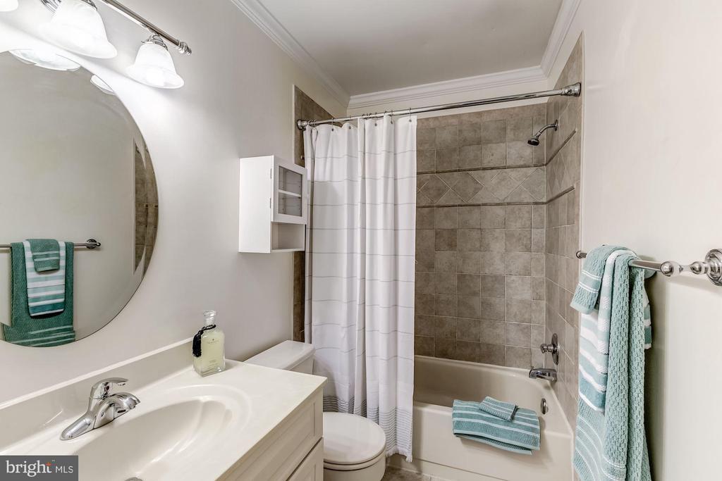 Full Bath - Upstairs - 2424 S WALTER REED DR #3, ARLINGTON