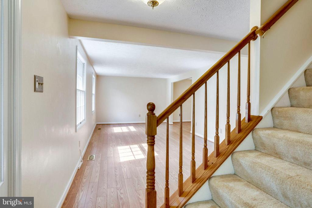 ENTRY LEVEL FOYER TO LIVING ROOM - 8010 TREASURE TREE CT, SPRINGFIELD