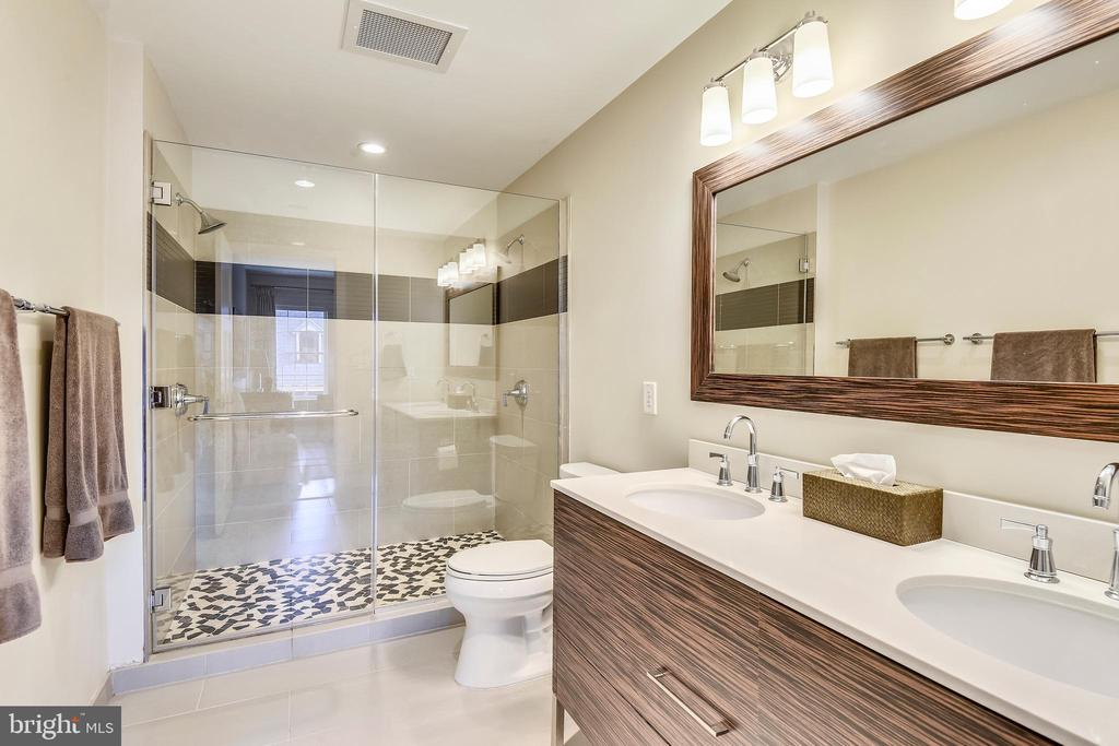 Main Level Master Bath - 1700 CLARENDON BLVD #128, ARLINGTON