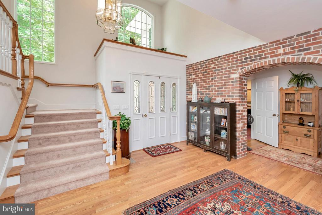 Dramatic entry foyer brick accent - 516 CORNWALLIS AVE, LOCUST GROVE