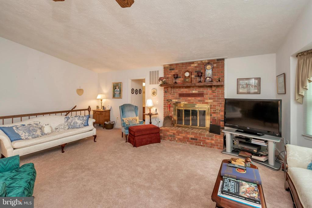 open & spacious living room - 516 CORNWALLIS AVE, LOCUST GROVE