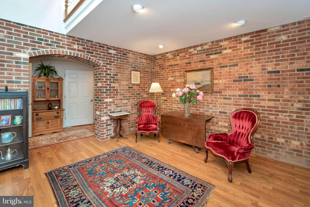 handsome & spacious greeting foyer - 516 CORNWALLIS AVE, LOCUST GROVE