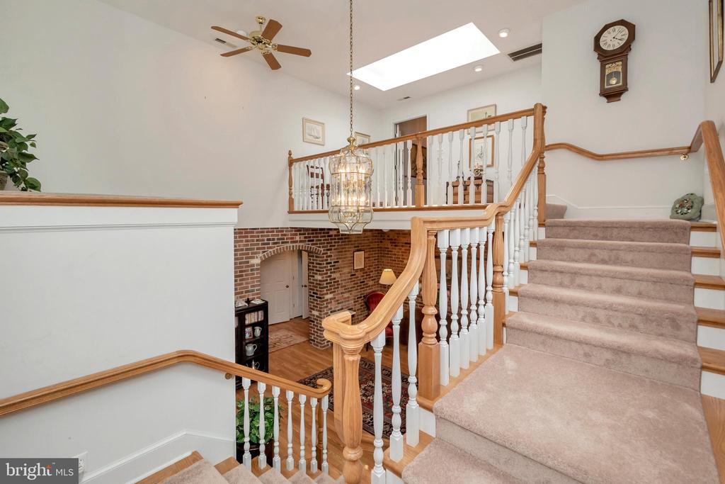 split stairwell connects the upper & lower foyers - 516 CORNWALLIS AVE, LOCUST GROVE