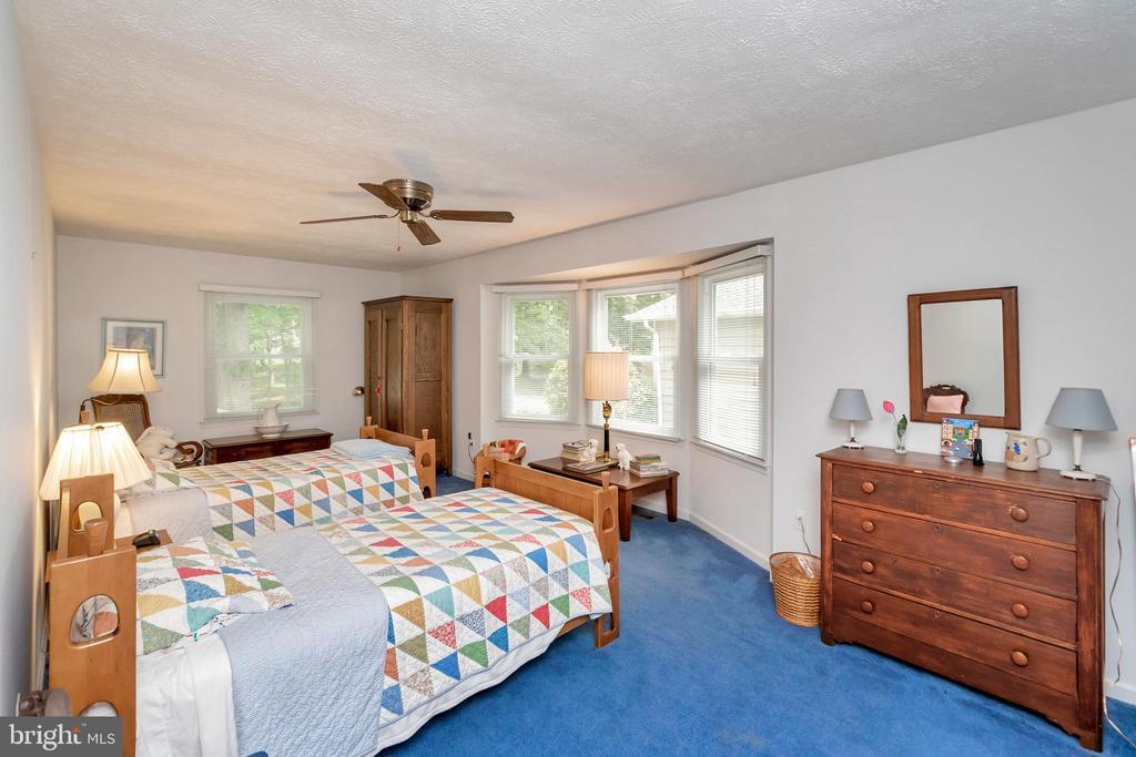 guest wing spacious & triple window bedroom - 516 CORNWALLIS AVE, LOCUST GROVE