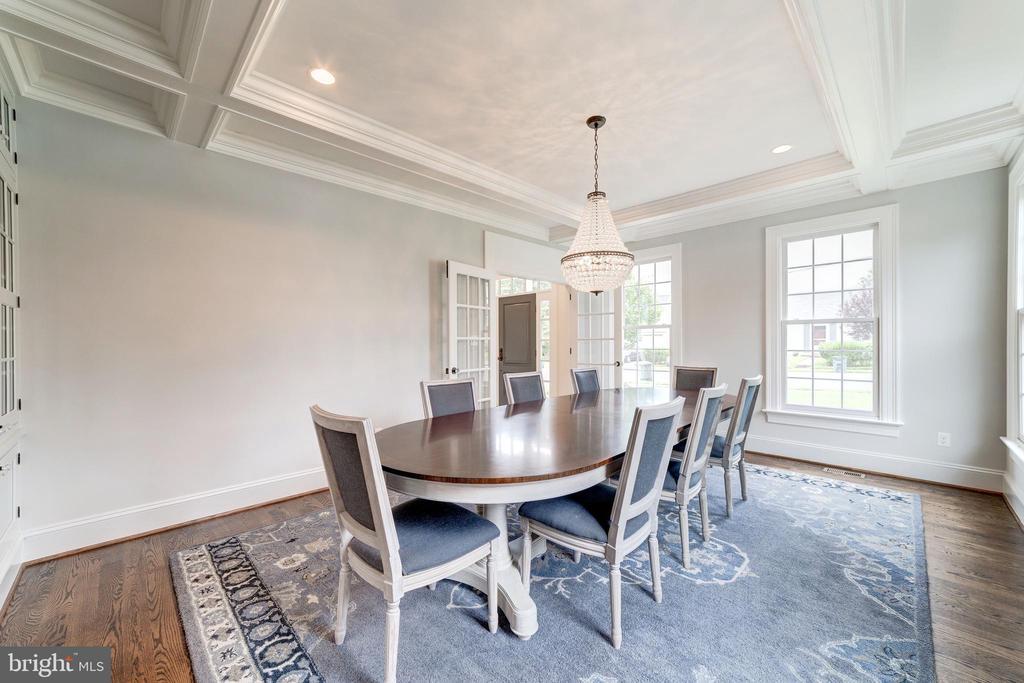 ceiling detail enhances entertaining size room - 6218 30TH ST N, ARLINGTON