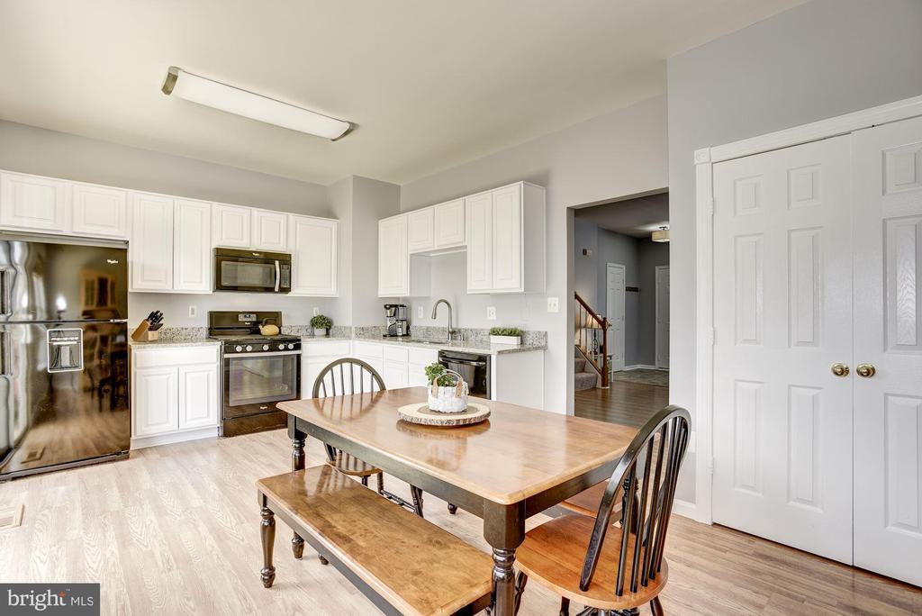 Breakfast Area + Kitchen | Main Level - 248 GOLDEN LARCH TER NE, LEESBURG