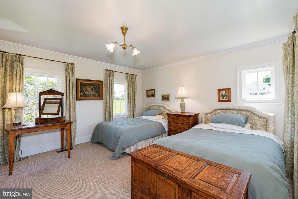 Third Guest Room with Private Bath - 20597 FURR RD, ROUND HILL