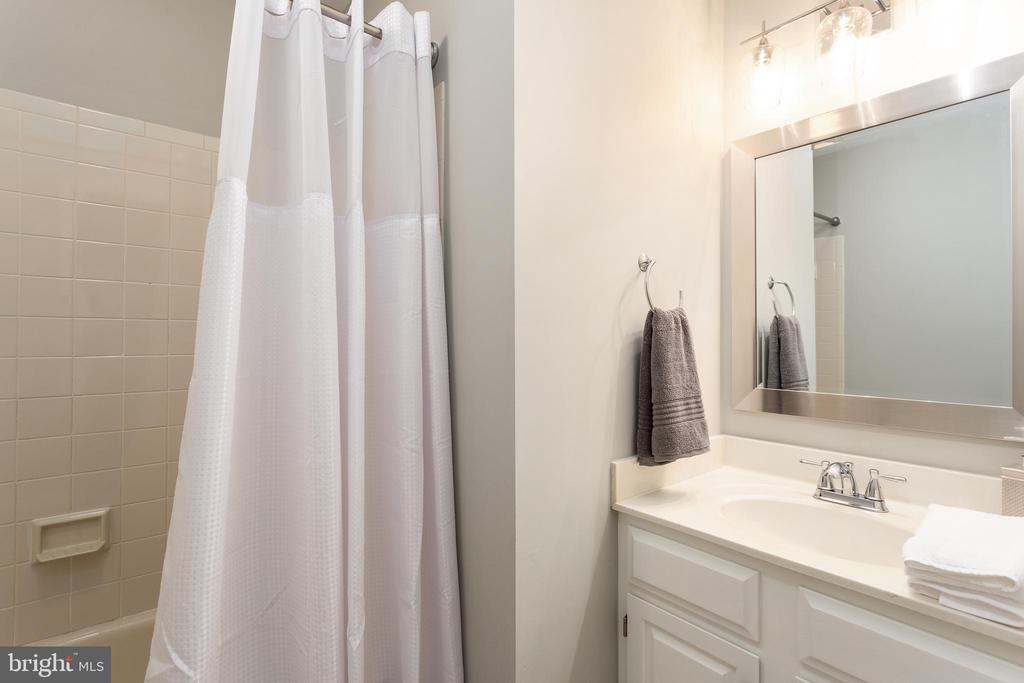 Bedroom 2 - Private Full Ceramic Bath - 10735 BEECHNUT CT, FAIRFAX STATION