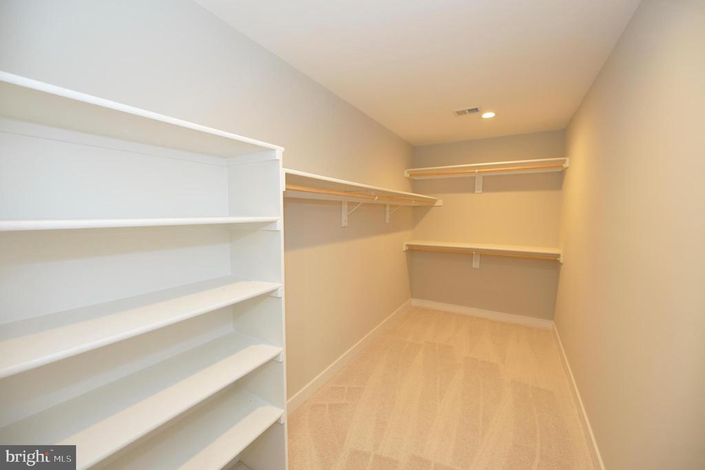 Large walkin closets - 3 CLARA MAE COURT, ROUND HILL