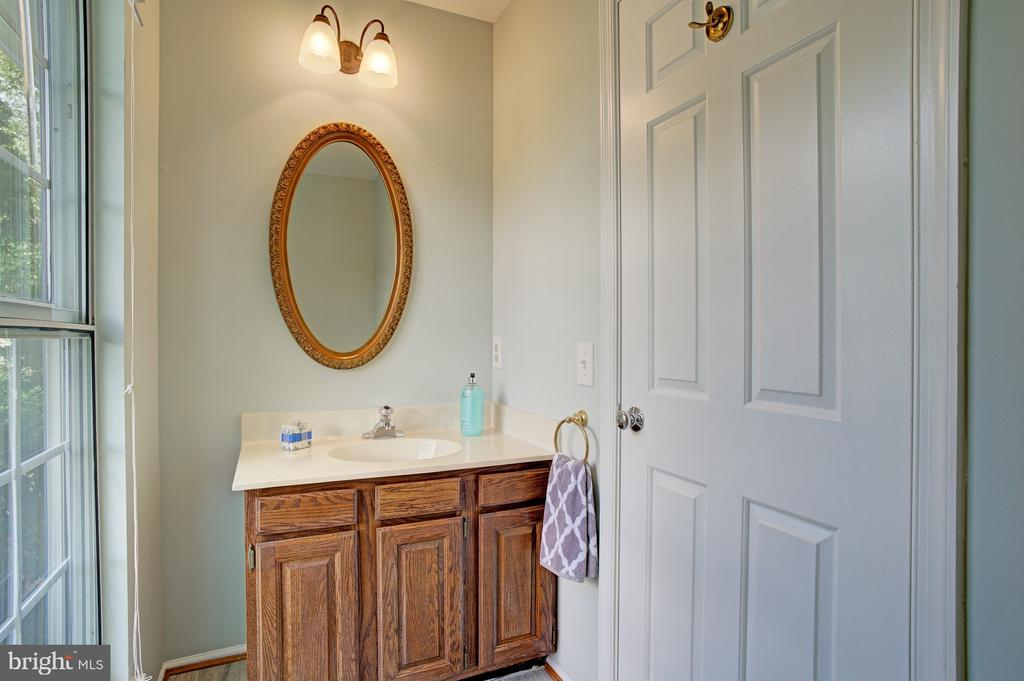 Powder room on main level - 5994 POWELLS LANDING RD, BURKE