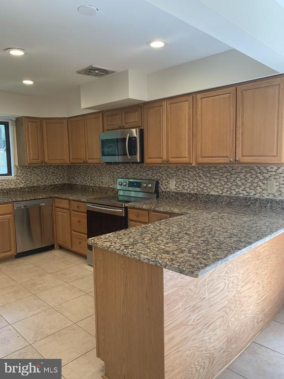Kitchen With Counter/Bar - 6012 VALERIAN LN, NORTH BETHESDA