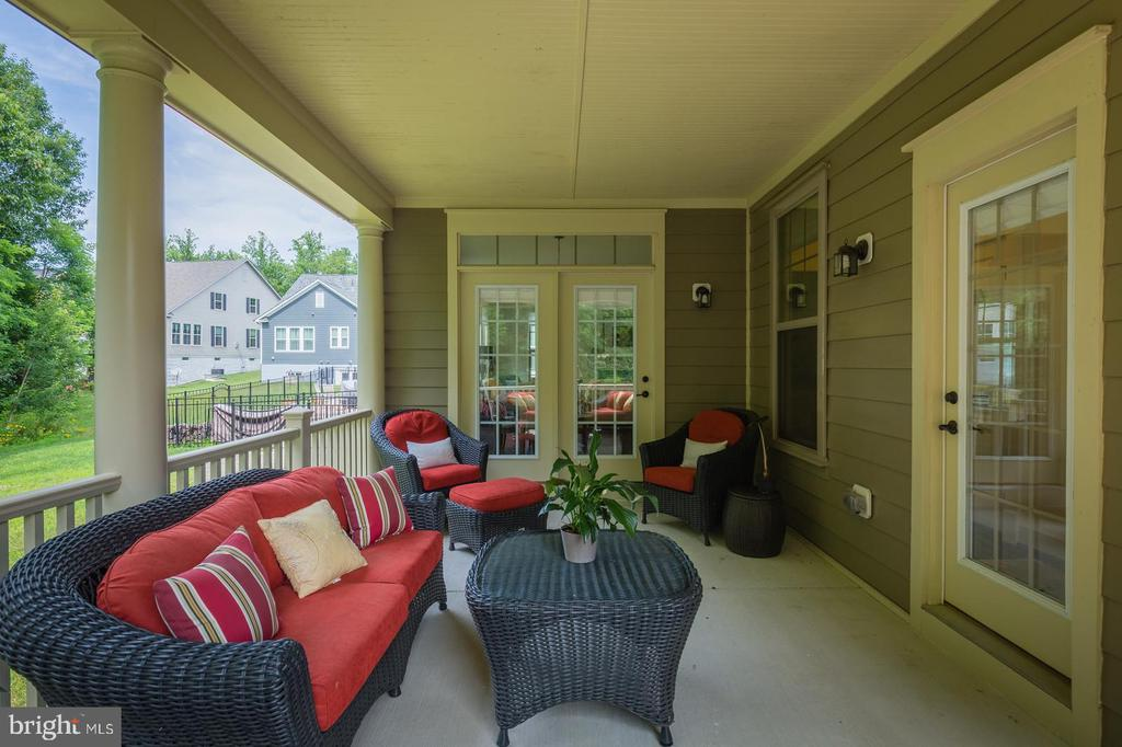 The rear porch as two entrances - 2232 POTOMAC RIVER BLVD, DUMFRIES