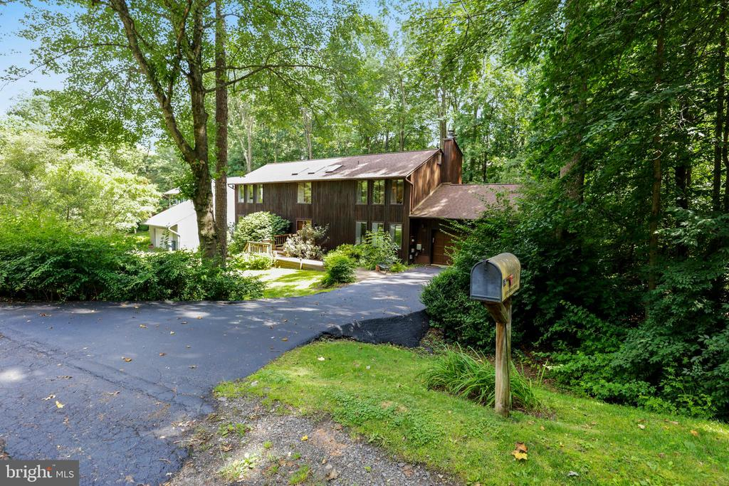 Welcome Home to this rare gem! - 10733 CROSS SCHOOL RD, RESTON