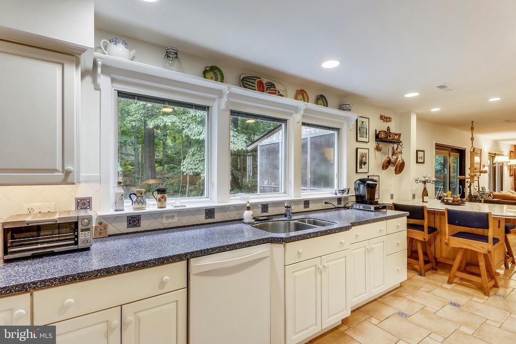 Built-in kitchen table/peninsula, double  sink - 10733 CROSS SCHOOL RD, RESTON