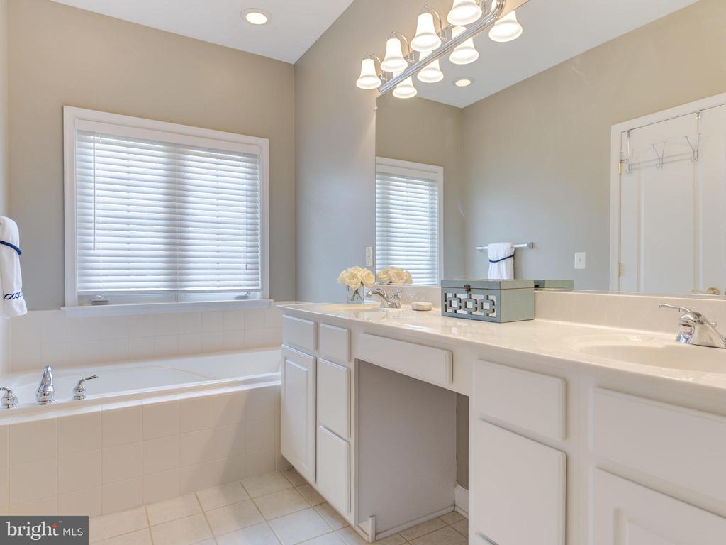 MASTER BATH WITH RELAXING SOAKING TUB - 19145 COMMONWEALTH TER, LEESBURG
