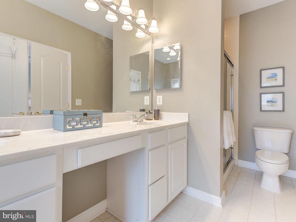 EXPANSIVE MASTER BATH WITH SEPARATE SHOWER - 19145 COMMONWEALTH TER, LEESBURG