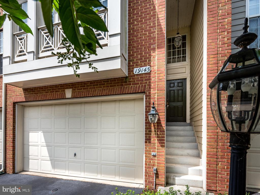 PRIVATE MAIN ENTRANCE - 19145 COMMONWEALTH TER, LEESBURG