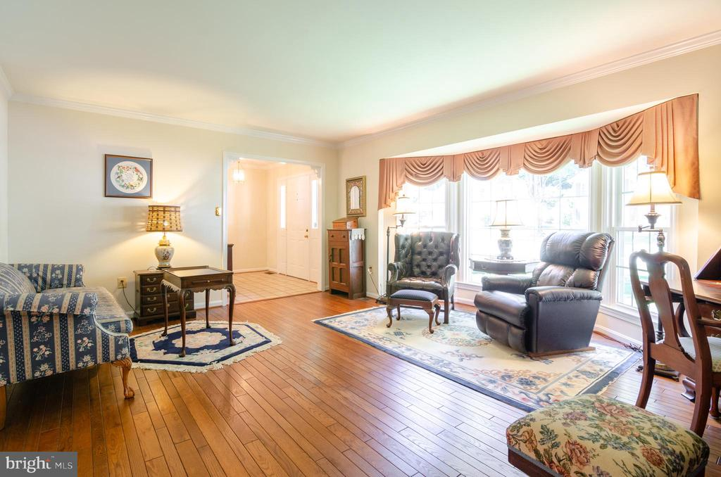 large living room with walk-in bay window - 4621 TAPESTRY DR, FAIRFAX