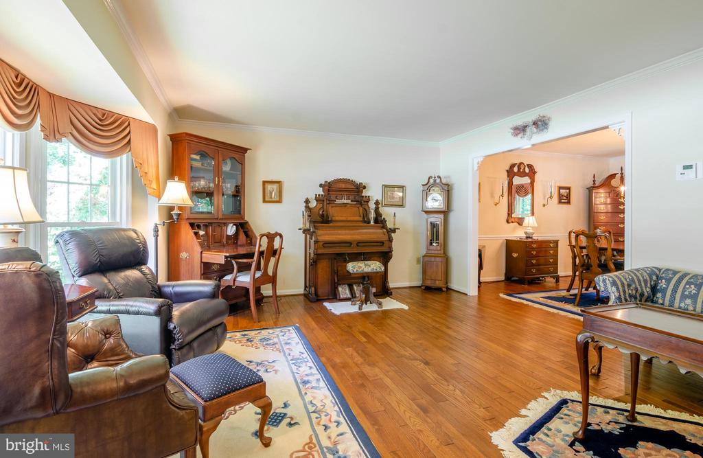 This living is great for entertaining - 4621 TAPESTRY DR, FAIRFAX