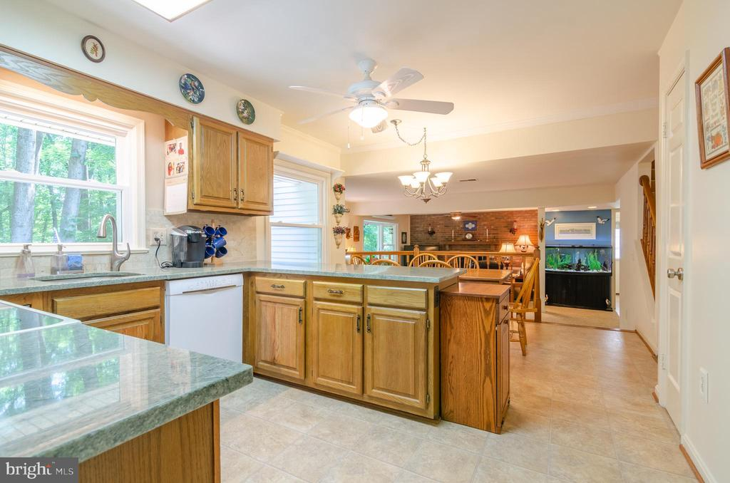 granite counter tops in kitchen - 4621 TAPESTRY DR, FAIRFAX