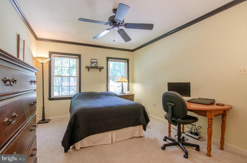 large second bedroom - 4621 TAPESTRY DR, FAIRFAX
