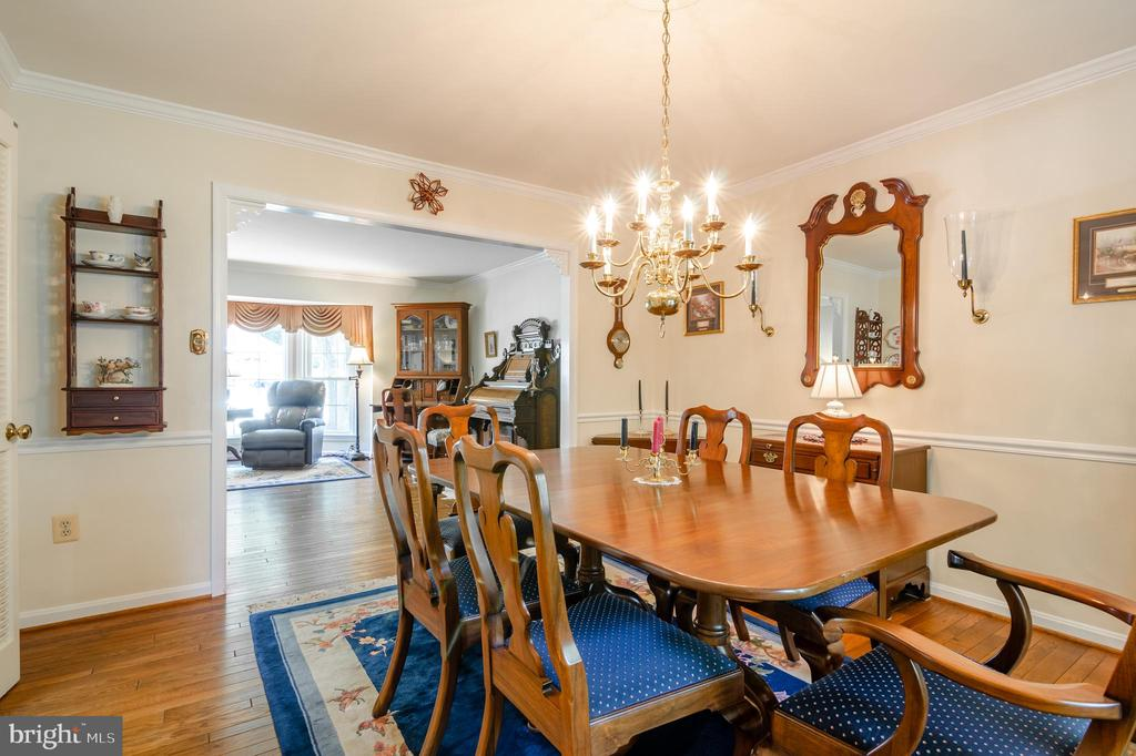 Dining room leads to large kitchen - 4621 TAPESTRY DR, FAIRFAX