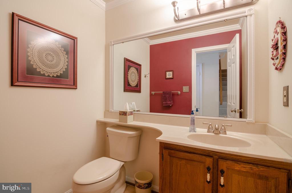 Foyer powderroom - 4621 TAPESTRY DR, FAIRFAX