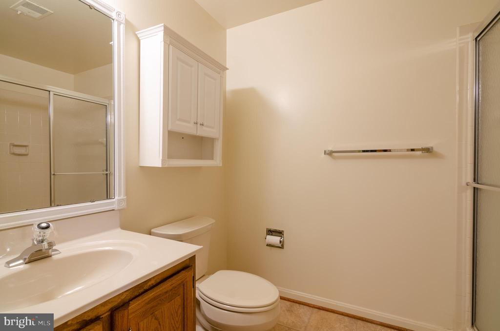 Lower level full bath - 4621 TAPESTRY DR, FAIRFAX