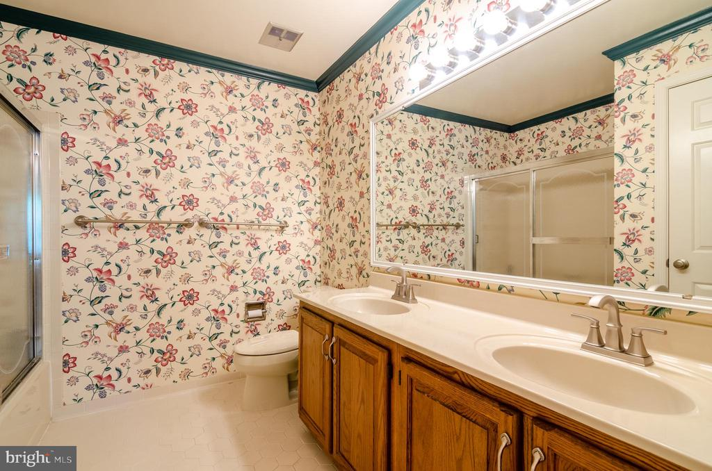 Spacious Hall bath with double sinks - 4621 TAPESTRY DR, FAIRFAX