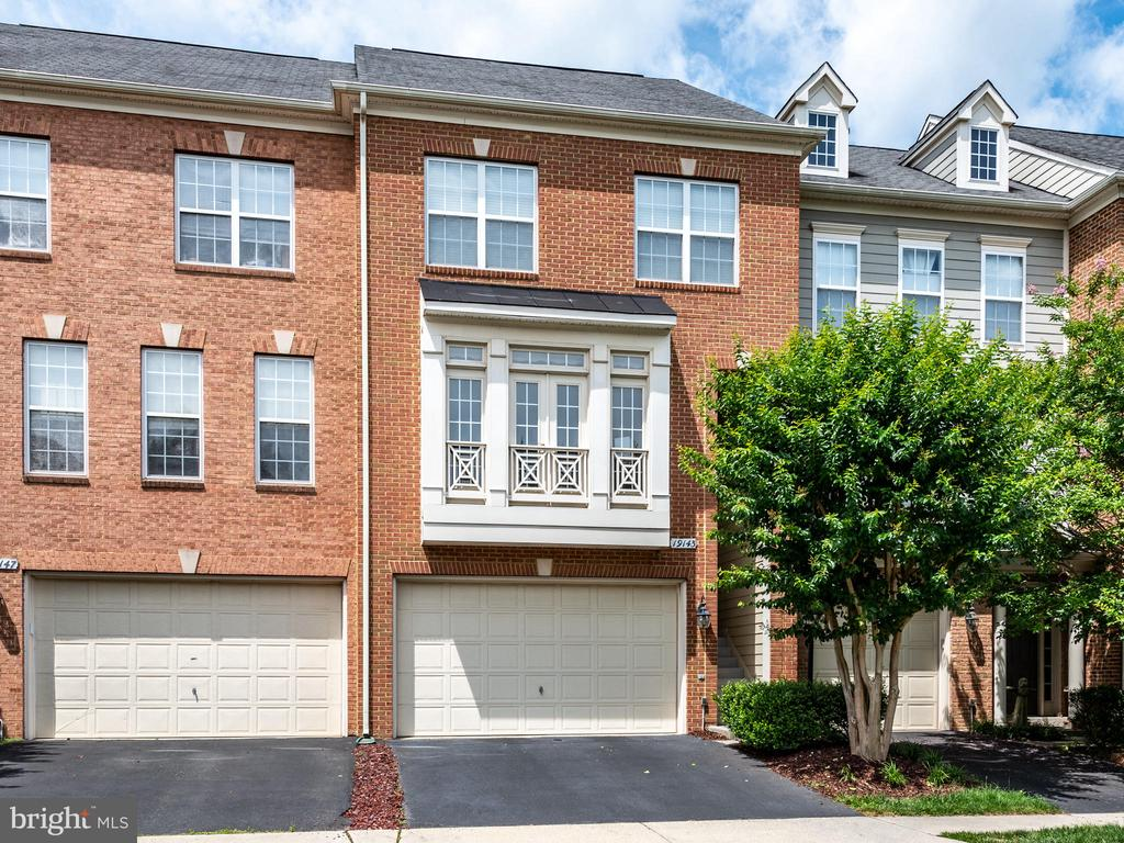 WELCOME TO THIS SPACIOUS & GORGEOUS TOWNHOME! - 19145 COMMONWEALTH TER, LEESBURG