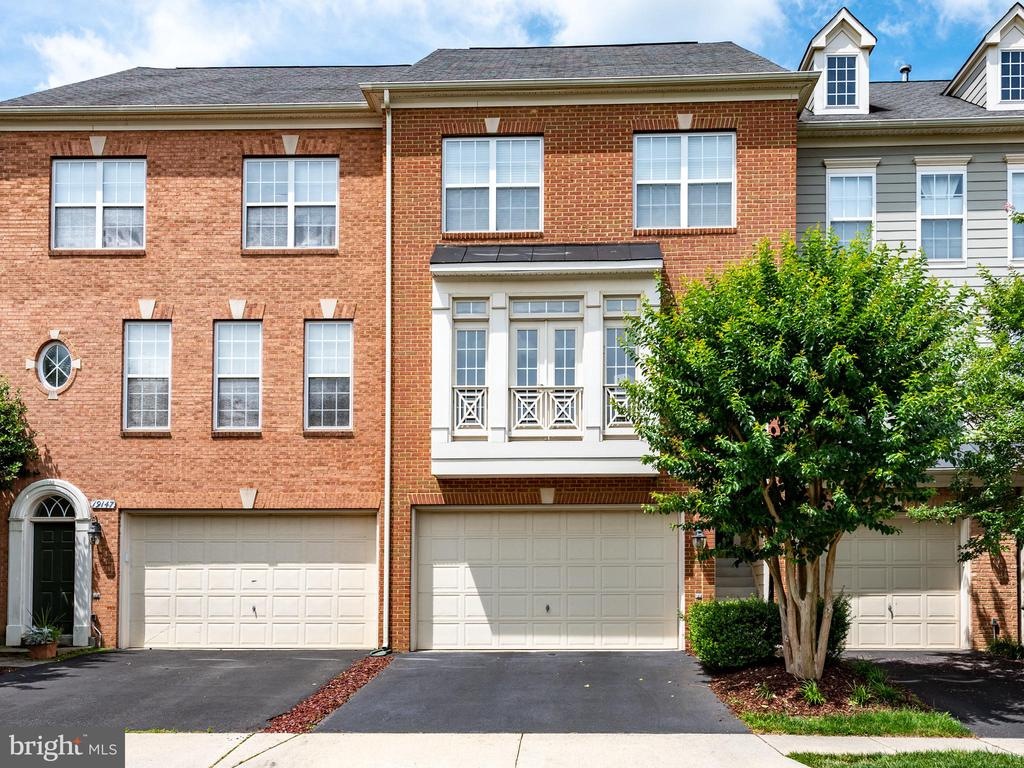 WELCOME TO YOUR NEW HOME! - 19145 COMMONWEALTH TER, LEESBURG