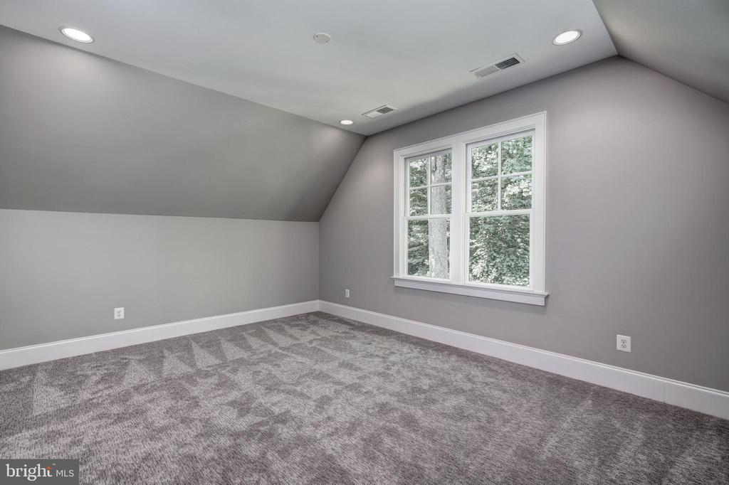 top floor 4th bedroom with architectural interest - 2320 N VERNON ST, ARLINGTON