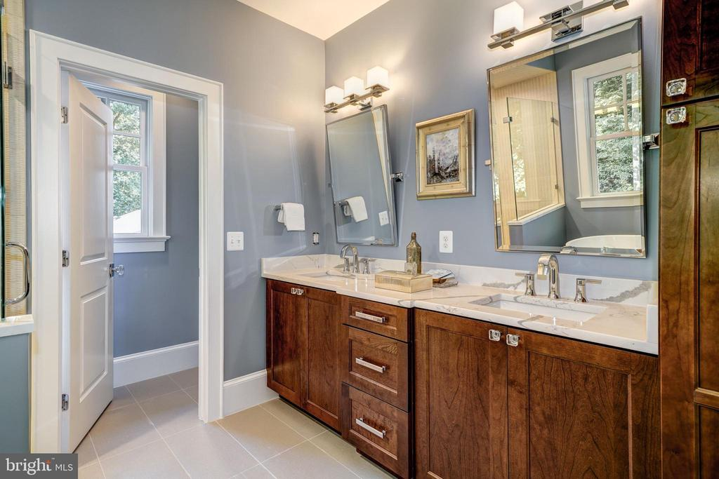 double bowl vanity, linen storage, windowed WC - 2320 N VERNON ST, ARLINGTON