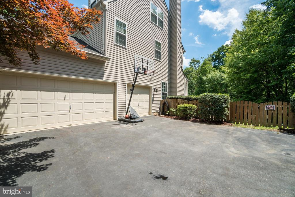 3 Car Garage. Plenty of Parking for RV's/Boats/Etc - 175 SAINT MARYS LN, STAFFORD