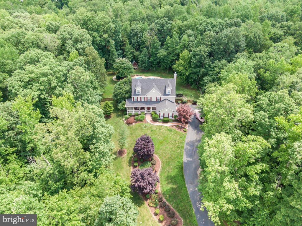 Extensive Landscaping creates amazing Curb Appeal - 175 SAINT MARYS LN, STAFFORD